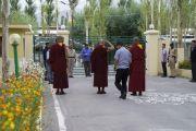Его Святейшество Далай-лама приветствует полицейских, помогающих обеспечивать безопасность во время его прогулки в своей резиденции в Шевацель Пходранге. Ле, Ладак, штат Джамму и Кашмир, Индия. 2 августа 2018 г. Фото: Тензин Чойджор.