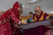Его Святейшество Далай-лама подписывает картину на память о своем визите в мемориальный колледж им. Елеазара Джолдана. Ле, Ладак, штат Джамму и Кашмир, Индия. 2 августа 2018 г. Фото: Тензин Чойджор.