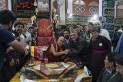 По завершении совместного обеда Его Святейшество Далай-лама благодарит организаторов своего визита в мечеть Имамбарга. Ле, Ладак, штат Джамму и Кашмир, Индия. 2 августа 2018 г. Фото: Тензин Чойджор.