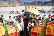 Перед посадкой на рейс в Нью-Дели Его Святейшество Далай-лама благодарит сотрудников наземной службы аэропорта. Ле, Ладак, штат Джамму и Кашмир, Индия. 4 августа 2018 г. Фото: Тензин Чойджор.