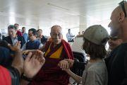 По прибытии в аэропорт Нью-Дели Его Святейшество Далай-лама приветствует собравшихся там людей. Нью-Дели, Индия. 4 августа 2018 г. Фото: Тензин Чойджор.