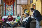 Ожидая своего рейса в VIP-зале аэропорта, Его Святейшество Далай-лама смеется над шуткой во время встречи с представителями окружных властей Ле и сотрудниками аэропорта. Ле, Ладак, штат Джамму и Кашмир, Индия. 4 августа 2018 г. Фото: Тензин Чойджор.