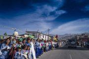 Местные жители выстроились вдоль дороги, чтобы хоть краем глаза увидеть Его Святейшество Далай-ламу, выезжающего в аэропорт. Ле, Ладак, штат Джамму и Кашмир, Индия. 4 августа 2018 г. Фото: Тензин Чойджор.