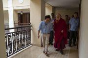 Его Святейшество Далай-лама общается с тибетцем, работающим в его отеле в Бамболиме. Бамболим, штат Гоа, Индия. 8 августа 2018 г. Фото: Тензин Чойджор.