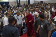 По прибытии в конференц-зал Института менеджмента Гоа Его Святейшество Далай-лама приветствует собравшихся студентов и преподавателей. Санкелим, штат Гоа, Индия. 8 августа 2018 г. Фото: Тензин Чойджор.