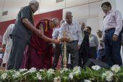 Его Святейшество Далай-лама и другие почетные гости зажигают традиционный светильник в знак начала лекции в Институте менеджмента Гоа. Санкелим, штат Гоа, Индия. 8 августа 2018 г. Фото: Тензин Чойджор.