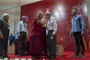 Его Святейшество Далай-лама приветствует основателя и директора Института менеджмента Гоа преподобного Ромуальда Д'Соузу. Санкелим, штат Гоа, Индия. 8 августа 2018 г. Фото: Тензин Чойджор.