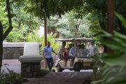 Его Святейшество Далай-лама едет по территории отеля на гольфкаре к ожидающему его автомобилю, чтобы отправиться в Институт менеджмента Гоа. Бамболим, штат Гоа, Индия. 8 августа 2018 г. Фото: Тензин Чойджор.