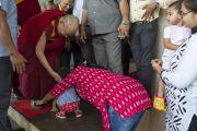 По прибытии в Институт менеджмента Гоа Его Святейшество Далай-лама тепло приветствует маленького ребенка. Санкелим, штат Гоа, Индия. 8 августа 2018 г. Фото: Тензин Чойджор.