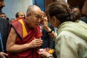 Его Святейшество Далай-ламу встречают традиционным индийским приветствием по прибытии на первую лекцию из серии «Храбрость и сострадание в 21 веке», организованную по просьбе общества «Видьялоке». Бангалор, штат Карнатака, Индия. 11 августа 2018 г. Фото: Тензин Чойджор.