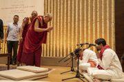Его Святейшество Далай-лама благодарит музыкантов, игравших во время его прибытия на первую лекцию из серии «Храбрость и сострадание в 21 веке», организованную по просьбе общества «Видьялоке». Бангалор, штат Карнатака, Индия. 11 августа 2018 г. Фото: Тензин Чойджор.