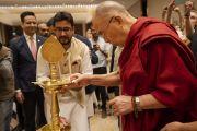Его Святейшество Далай-лама зажигает традиционный светильник в начале встречи с молодыми специалистами и студентами, организованной по просьбе общества «Видьялоке». Бангалор, штат Карнатака, Индия. 11 августа 2018 г. Фото: Тензин Чойджор.