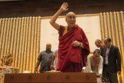 Его Святейшество Далай-лама приветствует многочисленную аудиторию из более чем 1000 слушателей в начале встречи, организованной по просьбе общества «Видьялоке». Бангалор, штат Карнатака, Индия. 11 августа 2018 г. Фото: Тензин Чойджор.