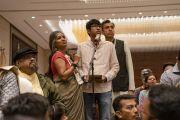 Один из слушателей задает вопрос Его Святейшеству Далай-ламе во время лекции, организованной по просьбе общества «Видьялоке». Бангалор, штат Карнатака, Индия. 11 августа 2018 г. Фото: Тензин Чойджор.
