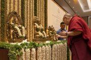 Поднявшись на сцену в начале лекции, организованной по просьбе общества «Видьялоке», Его Святейшество Далай-лама выражает почтение у священных изображений. Бангалор, штат Карнатака, Индия. 12 августа 2018 г. Фото: Тензин Чойджор.