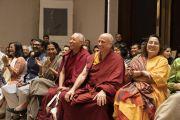 Слушатели смеются над шуткой Его Святейшества Далай-ламы, которую он произнес, отвечая на вопрос одного из слушателей во время лекции, организованной по просьбе общества «Видьялоке». Бангалор, штат Карнатака, Индия. 12 августа 2018 г. Фото: Тензин Чойджор.
