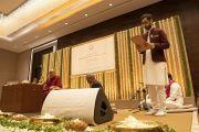 Вир Сингх из фонда «Вана» выступает со вступительным словом перед началом лекции Его Святейшества Далай-ламы о древней индийской мудрости в современном мире. Бангалор, штат Карнатака, Индия. 12 августа 2018 г. Фото: Тензин Чойджор.