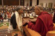 По завершении лекции Его Святейшество Далай-лама благодарит членов и меценатов общества «Видьялоке». Бангалор, штат Карнатака, Индия. 12 августа 2018 г. Фото: Тензин Чойджор.