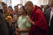 Покидая банкетный зал отеля Конрад, Его Святейшество Далай-лама фотографируется с одним из юных слушателей. Бангалор, штат Карнатака, Индия. 12 августа 2018 г. Фото: Тензин Чойджор.