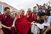 Его Святейшество направляется к месту проведения лекции в Институте высшего образования под эгидой Далай-ламы. Бангалор, штат Карнатака, Индия. 13 августа 2018 г. Фото: Тензин Чойджор.