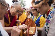 По прибытии в Институт высшего образования Его Святейшеству Далай-ламе подносят традиционное тибетское приветствие. Бангалор, штат Карнатака, Индия. 13 августа 2018 г. Фото: Тензин Чойджор.