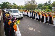 Студентки в национальных костюмах выстроились вдоль дороги, чтобы поприветствовать Его Святейшество по прибытии в Институт высшего образования под эгидой Далай-ламы. Бангалор, штат Карнатака, Индия. 13 августа 2018 г. Фото: Тензин Чойджор.
