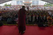 Поднявшись на сцену в начале лекции в Институте высшего образования под эгидой Далай-ламы, Его Святейшество приветствует собравшихся студентов и местных жителей. Бангалор, штат Карнатака, Индия. 13 августа 2018 г. Фото: Тензин Чойджор.