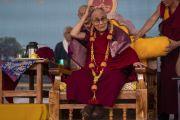 Его Святейшество Далай-лама в цветочной гирлянде, преподнесенной ему в начале лекции в Институте высшего образования под эгидой Далай-ламы. Бангалор, штат Карнатака, Индия. 13 августа 2018 г. Фото: Тензин Чойджор.