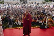 Его Святейшество Далай-лама фотографируется со слушателями по завершении лекции в Институте высшего образования под эгидой Далай-ламы. Бангалор, штат Карнатака, Индия. 13 августа 2018 г. Фото: Тензин Чойджор.
