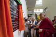Его Святейшество торжественно открывает памятную табличку в новом общежитии Института высшего образования под эгидой Далай-ламы. Бангалор, штат Карнатака, Индия. 13 августа 2018 г. Фото: Тензин Чойджор.