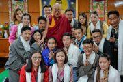 Его Святейшество Далай-лама фотографируется с группами участников молодежного форума «Пять-пятьдесят» по завершении встречи, организованной в его резиденции. Дхарамсала, Индия. 20 августа 2018 г. Фото: дост. Тензин Джампел.