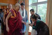 Члены Центральной тибетской администрации, организовавшие молодежный форум «Пять-пятьдесят», приветствуют Его Святейшество Далай-ламу, прибывшего на встречу с участниками форума. Дхарамсала, Индия. 20 августа 2018 г. Фото: дост. Тензин Джампел.