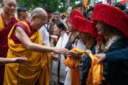 По дороге в главный тибетский храм Его Святейшество Далай-лама приветствует тибетцев в национальных костюмах, прибывших из провинции Кхам. Дхарамсала, Индия. 3 сентября 2018 г. Фото: Тензин Чойджор.