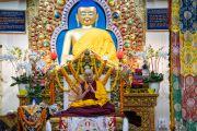 Его Святейшество Далай-лама возносит молитвы в начале церемонии подношения молебна о долгой жизни, организованной в главном тибетском храме. Дхарамсала, Индия. 3 сентября 2018 г. Фото: Тензин Чойджор.