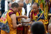 Мастер ритуального пения и его помощники совершают традиционное подношение мандалы во время молебна о долгой жизни Его Святейшества Далай-ламы. Дхарамсала, Индия. 3 сентября 2018 г. Фото: Тензин Чойджор.