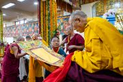 Его Святейшество Далай-лама читает текст обета, преподнесенного ему тибетцем во время молебна о долгой жизни. Дхарамсала, Индия. 3 сентября 2018 г. Фото: Тензин Чойджор.