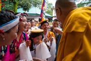 По дороге в главный тибетский храм Его Святейшество Далай-лама шутливо приветствует тибетцев из провинции У-Цанг. Дхарамсала, Индия. 3 сентября 2018 г. Фото: Тензин Чойджор.