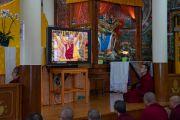 Монахи, собравшиеся в храме Калачакры, смотрят прямую трансляцию молебна о долгой жизни Его Святейшества Далай-ламы. Дхарамсала, Индия. 3 сентября 2018 г. Фото: Тензин Чойджор.