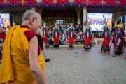 Артисты Тибетского института театральных искусств исполняют традиционную тибетскую оперу, в то время как Его Святейшество Далай-лама прибывает в главный тибетский храм. Дхарамсала, Индия. 3 сентября 2018 г. Фото: Тензин Чойджор.