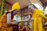 Его Святейшество Далай-лама приветствует Гадена Три Ринпоче Джецун Лобсанга Тензина по прибытии в главный тибетский храм. Дхарамсала, Индия. 3 сентября 2018 г. Фото: Тензин Чойджор.