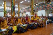 Старшие монахи слушают наставления Его Святейшества Далай-ламы во время церемонии подношения молебна о долгой жизни. Дхарамсала, Индия. 3 сентября 2018 г. Фото: Тензин Чойджор.