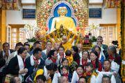 Его Святейшество Далай-лама фотографируется с группами организаторов и участников церемонии подношения молебна о долгой жизни. Дхарамсала, Индия. 3 сентября 2018 г. Фото: Тензин Чойджор.