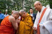 Направляясь из своей резиденции в главный тибетский храм, Его Святейшество Далай-лама приветствует члена тайского монашеского сообщества. Дхарамсала, Индия. 4 сентября 2018 г. Фото: Тензин Чойджор.