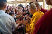 Его Святейшество Далай-лама приветствует верующих по прибытии в главный тибетский храм. Дхарамсала, Индия. 4 сентября 2018 г. Фото: Тензин Чойджор.