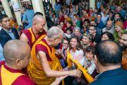 Покидая главный тибетский храм по завершении первого дня учений, Его Святейшество Далай-лама приветствует верующих, прибывших из разных стран мира. Дхарамсала, Индия. 4 сентября 2018 г. Фото: Тензин Чойджор.