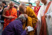 Его Святейшество Далай-лама утешает пожилую тибетскую женщину, направляясь в главный тибетский храм в начале первого дня четырехдневных учений, организованных по просьбе буддистов из Юго-Восточной Азии. Дхарамсала, Индия. 4 сентября 2018 г. Фото: Тензин Чойджор.