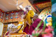 Его Святейшество Далай-лама приветствует верующих, собравшихся на учения в главном тибетском храме. Дхарамсала, Индия. 4 сентября 2018 г. Фото: Тензин Чойджор.