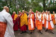 Его Святейшество Далай-лама и представители тайской монашеской общины направляются в главный тибетский храм в начале третьего дня учений. Дхарамсала, Индия. 6 сентября 2018 г. Фото: Тензин Чойджор.