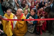 Верующие почтительно провожают Его Святейшество Далай-ламу, стараясь увидеть его хоть краем глаза, по завершении третьего дня четырехдневных учений в главном тибетском храме. Дхарамсала, Индия. 6 сентября 2018 г. Фото: Тензин Чойджор.