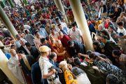 Его Святейшество Далай-лама приветствует верующих по прибытии в главный тибетский храм в начале третьего дня учений, на которые собралось более 6000 человек. Дхарамсала, Индия. 6 сентября 2018 г. Фото: Тензин Чойджор.